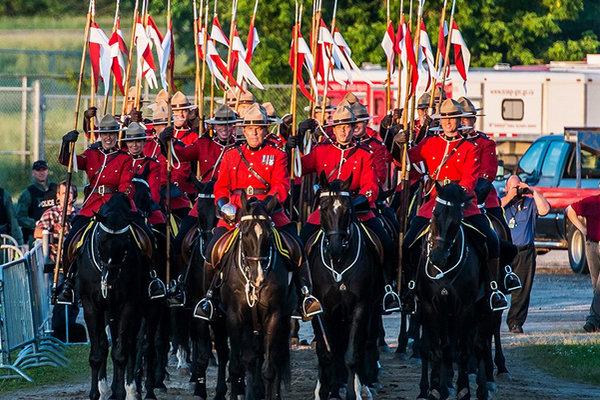 缩略图 | 加拿大皇家骑警音乐骑射和降旗仪式:真正独特的加拿大体验,不容错过!