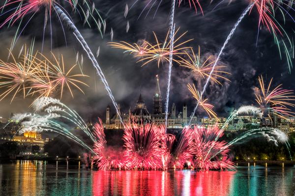 缩略图 | 国际烟花比赛:流水潺潺的渥太华河,绚丽多彩的各国烟花,如诗也如画!