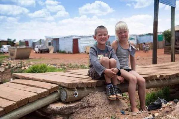 缩略图 | 南非白人贫民窟:活在社会最底层,靠黑人施舍度日