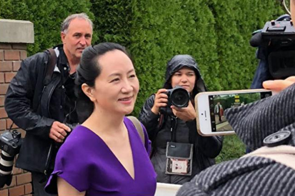 缩略图 | 孟晚舟穿紫色衣裙离开温哥华豪宅,前往法庭