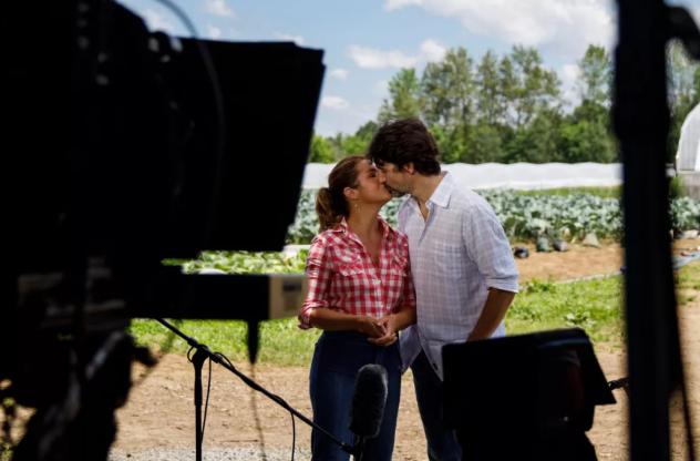 缩略图 | 甜蜜蜜,加拿大总理秀出一张激情吻照,十万网友点赞!