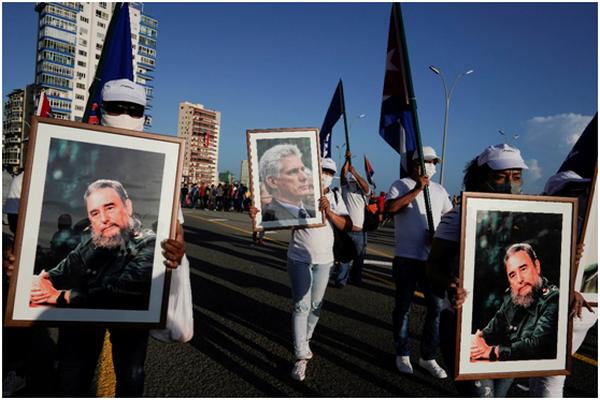 缩略图 | 古巴政府组织大规模集会,90岁的劳尔·卡斯特罗手举古巴国旗也上街了!