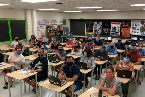 缩略图   安省教师怒晒教室照,校内保持安全距离全是假的!