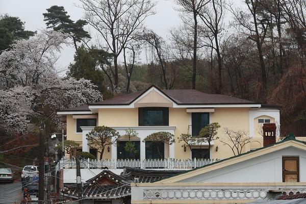 缩略图 | 韩国娱乐公司重金买下朴槿惠私宅:等她出狱,请她住!