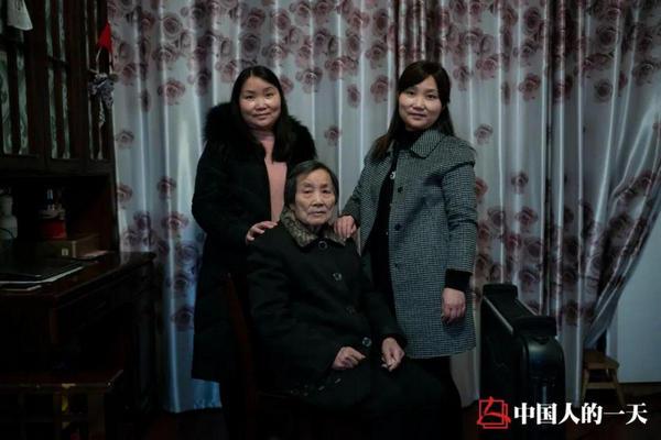 缩略图 | 武汉双胞胎姐妹这一年:一家六口确诊,父亲去世
