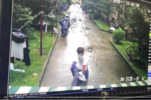 缩略图 | 上海男子行李箱抛尸案:知情人称其偷窥被害人,邻居曾听到女子尖叫