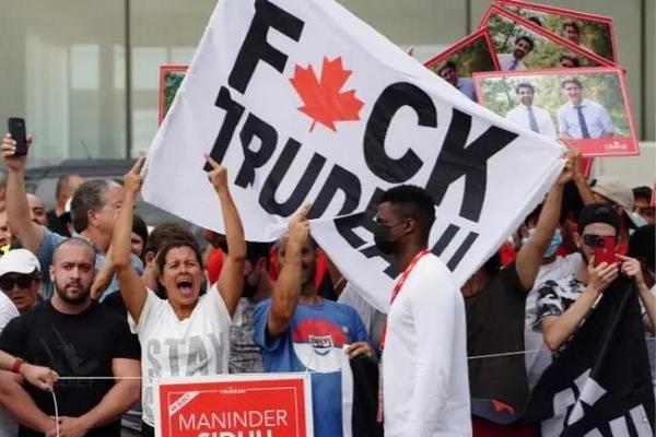 缩略图 | 太难了,特鲁多又又被骂了,抗议者还朝他扔石头!