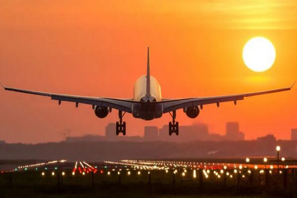 缩略图   一对年轻华人夫妇机场值机台长跪不起,天价机票作废无法回国!