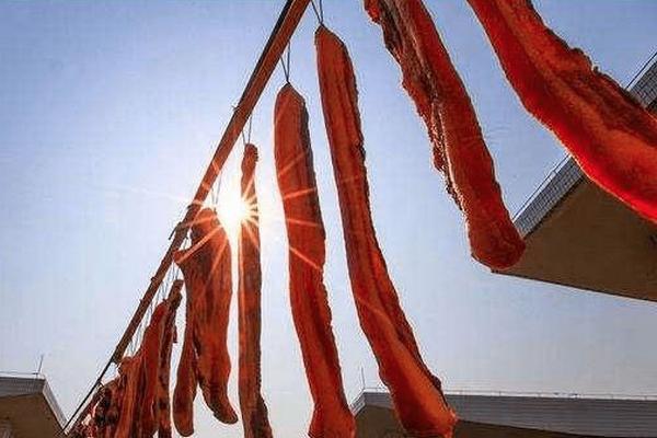 缩略图 | 华人在自家阳台晒腊肉,却遭邻居举报!