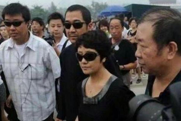 缩略图 | 邓超参加葬礼,张国立指着邓超大喊:滚出去!
