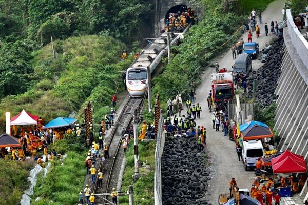 缩略图 | 台湾火车出轨,造成至少50人死亡,156人受伤!