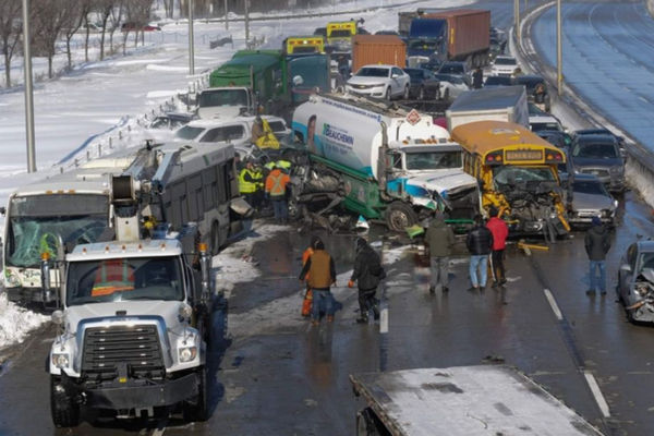 缩略图 | 加拿大高速公路发生超级车祸:200辆车连环相撞,70人死伤,惨烈程度史无前例!