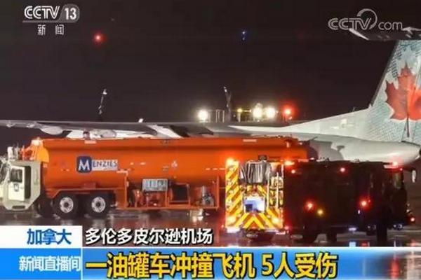 缩略图   加拿大机场恐怖一幕:油罐车冲撞飞机 飞行员受伤