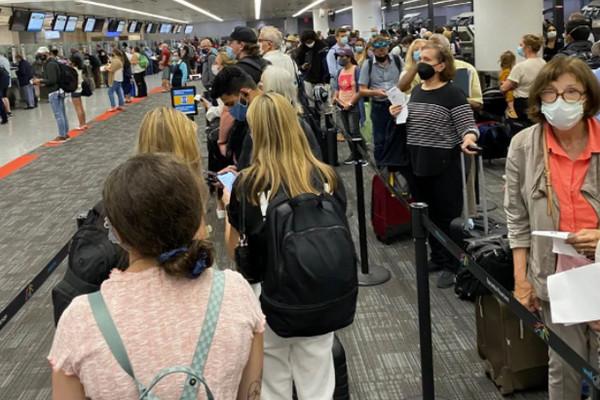 缩略图 | 人满为患!加拿大放宽入境限制第一周,机场到处都是人!