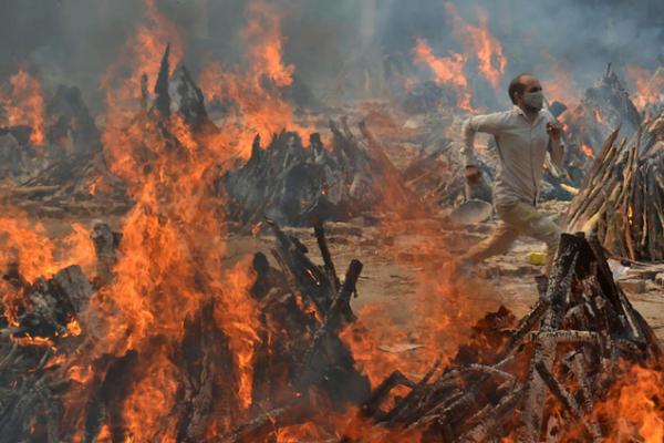 缩略图 | 印度扩建火葬场,居民家中飘满骨灰,尸臭漫天无法入睡
