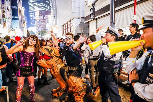 缩略图 | 东京万圣节狂欢:日本政府砸1亿防出事,警方倾巢出动逮9人!