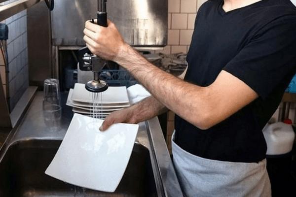 缩略图   加拿大一家餐馆年薪$5.2万请洗碗工,大学生情何以堪!