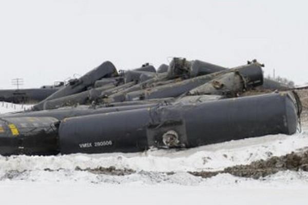 缩略图   加拿大油罐列车37节车厢出轨 原油泄漏