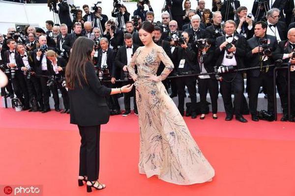 缩略图 | 中国女演员蹭戛纳红毯,遭保安驱赶假装听不懂