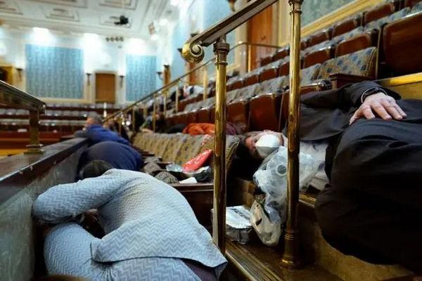 缩略图 | 美国国会骚乱,数十名议员躲进新冠感染者隔离房间,医生呼吁快快回来新冠检测!