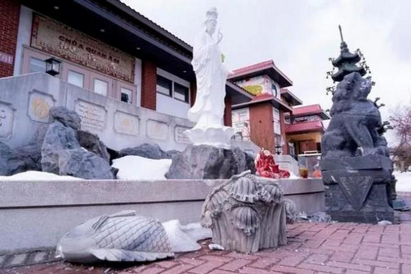 缩略图 | 加拿大蒙特利尔唐人街等多地座寺庙的雕像被砸坏涂鸦