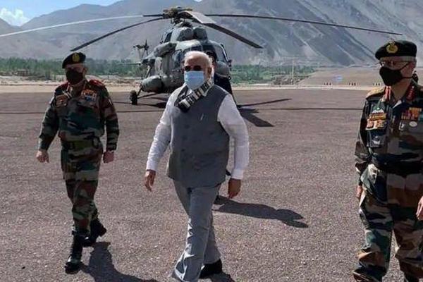 缩略图   莫迪乘直升机突然访问中印边境,视察听取军方汇报