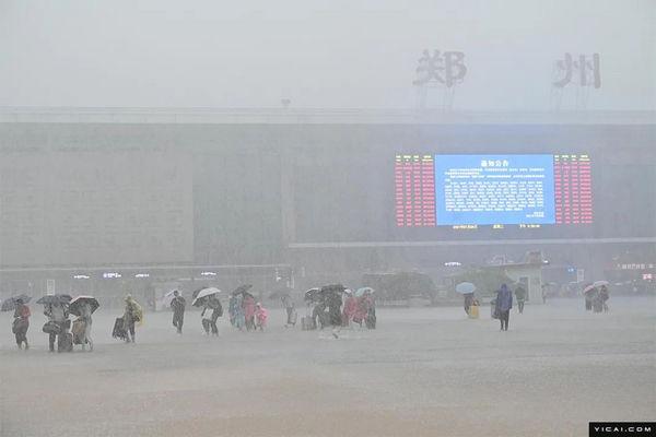 缩略图 | 直击郑州暴雨:地铁停运、车辆被淹,三天下了一年的雨量