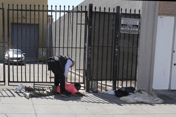 缩略图 | 美国加州州长遭流浪汉袭击,嫌犯随后被制伏