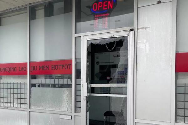 缩略图 | 加拿大华人老板刚上飞机,其火锅店就被砸!